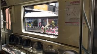 El vidrio roto tras la pedrada a un vagón de la Línea 2 del metro