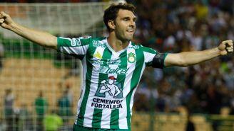 Mauro Boselli festeja un gol con León