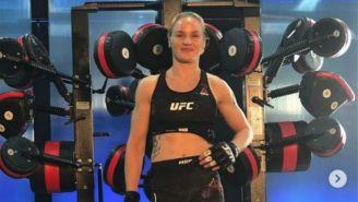 Valentina Shevchenko posa para fotografía después de entrenar artes marciales mixtas
