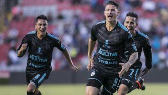 Jugadores de Querétaro celebran un gol con Stum