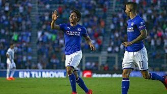 Ángel Mena celebra un gol con Cruz Azul