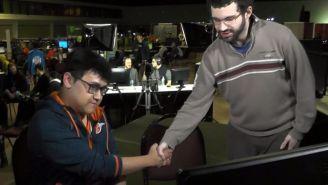 MKLeo, dándole la mano a Dabuz tras perder el set