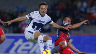 Erick Torres lucha por el balón frente a Necaxa en Copa MX