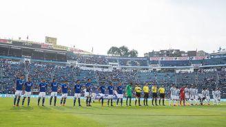 Jugadores de Cruz Azul y Pachuca previo a un partido