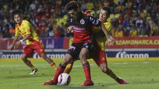 Alejandro Guido y Juan Rodríguez en una jugada dividida