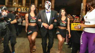 Mil Máscaras arriba a la Arena México en compañía de dos edecanes
