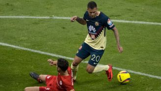 Ménez controla el balón frente a un jugador de Toluca