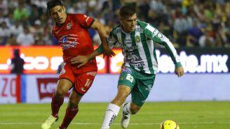 Irven Avila y Juan Cornejo disputan el esférico en el Nou Camp
