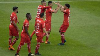 Jugadores de Toluca celebran un gol frente al América