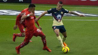 Uribe conduce un balón en el juego vs Toluca