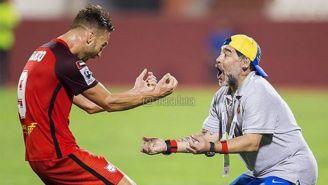 Maradona celebra un gol con uno de sus jugadores