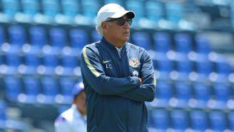Leonardo Cuéllar observa el juego entre Cruz Azul y América