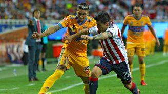 Ismael Sosa y Michael Pérez disputan un balón en el Chivas vs Tigres
