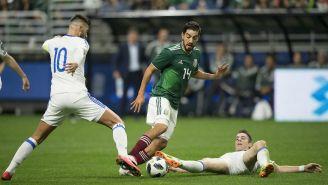 Pizarro conduce el balón frente a los jugadores de Bosnia