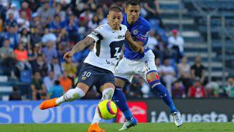Nicolás Castillo y Cata Domínguez disputan el balón en el Azul