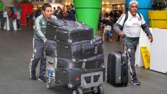 Utileros de la Selección Mexicana en el AICM