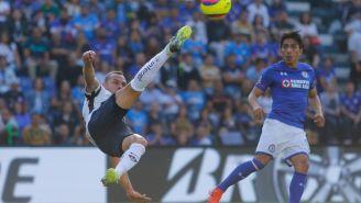 Díaz aleja un esférico de su área en el Estadio Azul