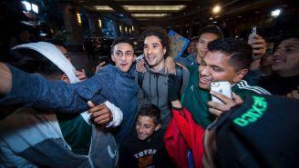 Ochoa, junto a varios aficionados en el hotel de concentración