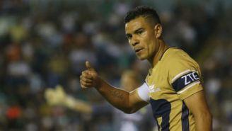 Pablo Barrera levanta el pulgar en un juego de Pumas