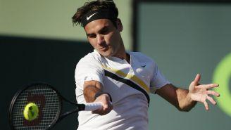 Federer le pega a pelota en encuentro frente a Kokkinakis en Miami