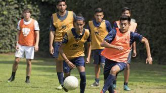 Jugadores de Pumas disputan el balón