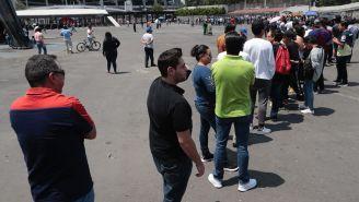 Aficionados intentan conseguir boletos para Clásico Joven