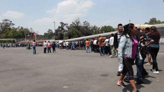 Aficionados hacen fila para comprar boletos