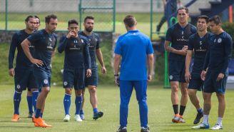 Caixinha habla con sus jugadores en entrenamiento