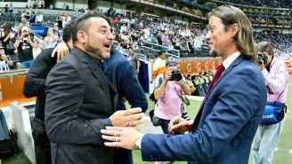 Mohamed y Almeyda se saludan previo a un juego entre Chivas y Rayados