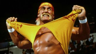 Hulk Hogan se quita playera en WWE