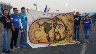 Aficionados de Cruz Azul posan con manta americanista
