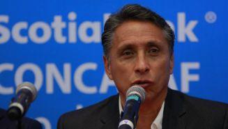 Manuel Negrete habla en un evento público