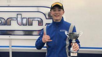Monger posa con su trofeo de tercer lugar