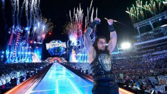 Roman Reigns alza los brazos al salir victorioso frente a The Undertaker