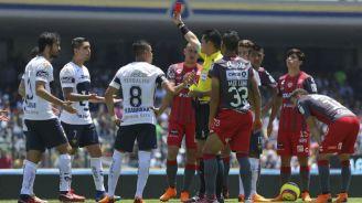 Árbitro muestra la tarjeta roja a Quintana en CU