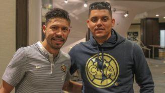 Oribe Peralta posa junto a Roberto Osuna