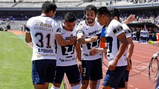 Jugadores de Pumas celebran un gol