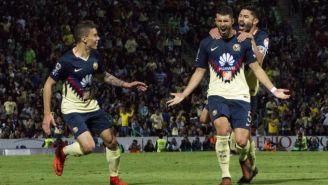 Rodríguez y Peralta celebran gol contra Santos