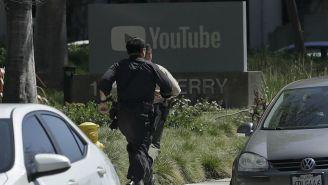 Policías corren a las afueras de la sede de YouTube en California