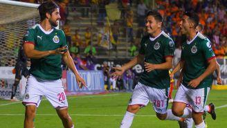 Jugadores de Chivas celebran un gol de Pizarro