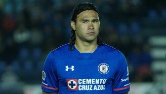 Carlos Peña espera el incio del encuentro frente a Necaxa