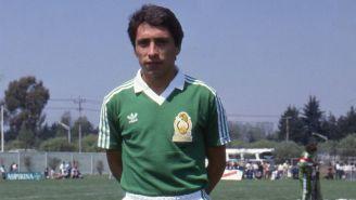Negrete posa en una foto con la Selección Mexicana