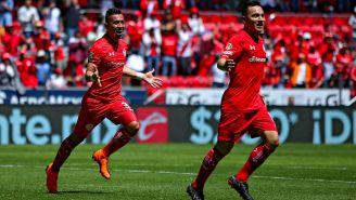 Fernando Uribe y Antonio Ríos en festejan gol con Toluca