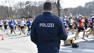 Policía vigila durante el Medio Maratón de Berlín