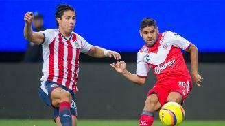 Benjamín Galindo pierde el balón frente a Daniel Villalva