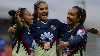 Jugadoras de América celebran el único gol frente a Pumas