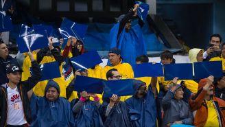 Seguidores americanistas se cubren de la lluvia