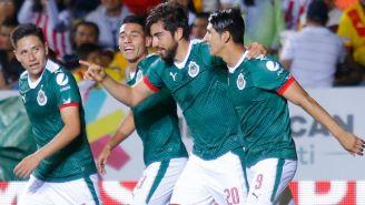 Jugadores de Chivas celebran un gol en Liga