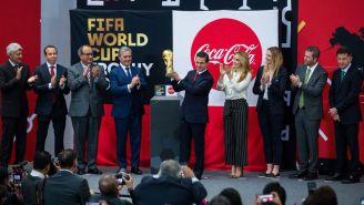 Enrique Peña Nieto levanta Copa del Mundo