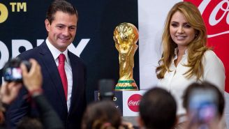 Peña Nieto junto a la Copa Mundial y su esposa